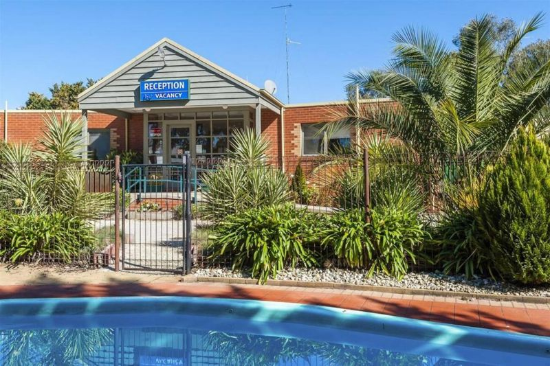COMFORT INN COACH AND BUSHMANS - Accommodation Airlie Beach