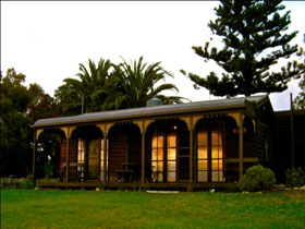 Sunset Cottage - Accommodation Airlie Beach