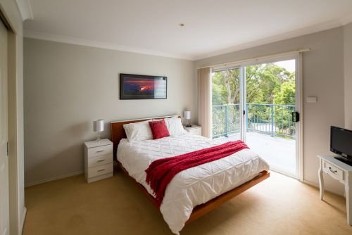 The Lake Limo - Accommodation Airlie Beach