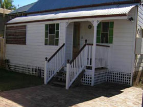 A Pine Cottage - Accommodation Airlie Beach