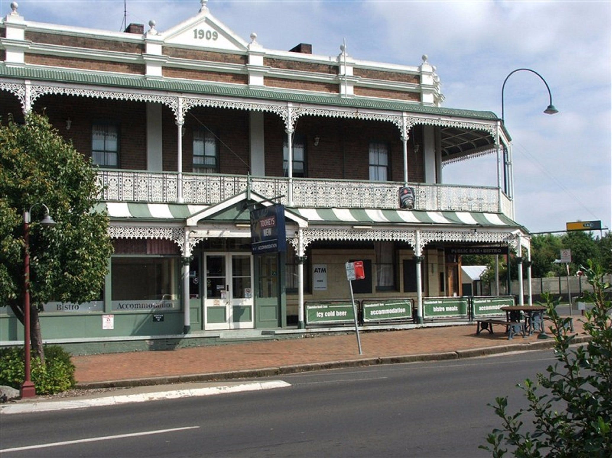 Thunderbolt Inn aka The Bottom Pub - Accommodation Airlie Beach