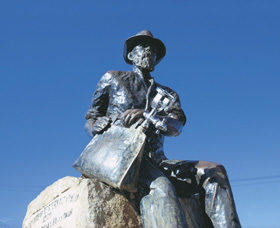 Paddy Hannans Statue - Accommodation Airlie Beach