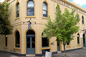 The College Lawn Hotel - Accommodation Airlie Beach
