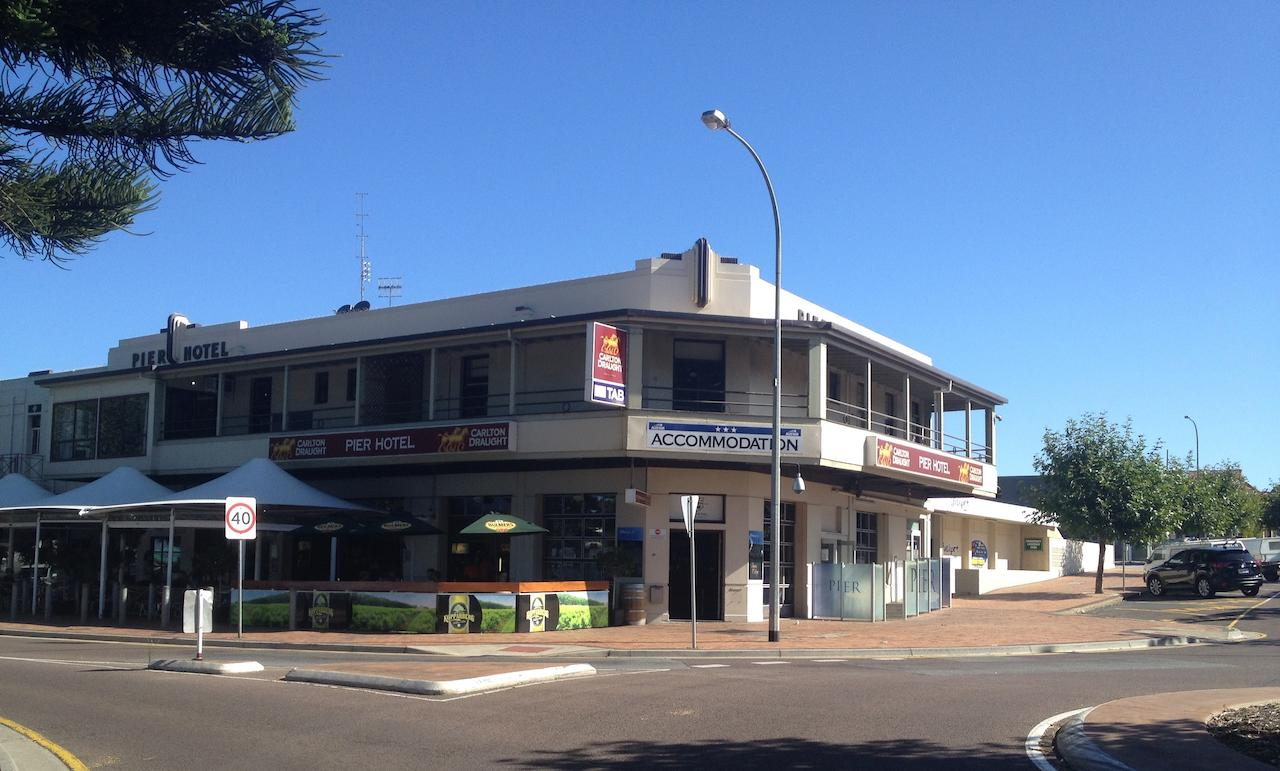 Pier Hotel - Accommodation Airlie Beach